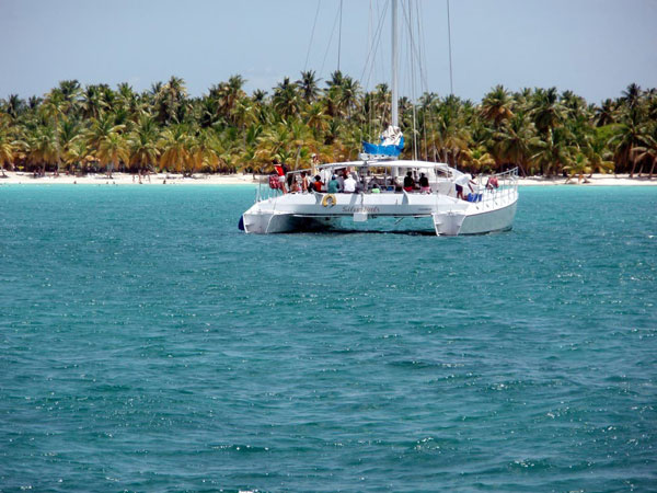 Boat-excursion-sailboat–on-the-caribbean-in-front-of-Isla-Saona-600