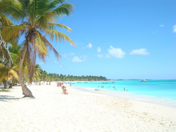 Beach-Bayahibe-with-palm-trees-600